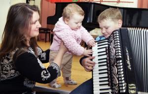 Mała Basia też by chciała tak mistrzowsko grać na akordeonie jak jej brat Konrad Dowgiert Fot. Marian Paluszkiewicz