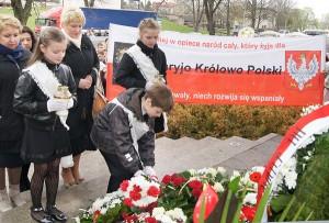Na płytę składano kwiaty i wieńce    Fot. Marian Paluszkiewicz
