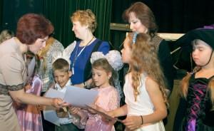Za udział w festiwalu każdy z uczestników otrzymał dyplom oraz upominek Fot. Marian Paluszkiewicz