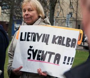 """Ustawodawcza inicjatywa zbiegła się w czasie z pikietą """"obrońców języka""""<br/>Fot. Marian Paluszkiewicz"""