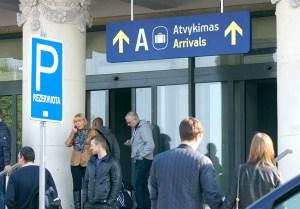 Na lotnisku należy zachowywać się spokojnie, nie panikować, nie wykonywać podejrzanych ruchów                   Fot. Marian Paluszkiewicz