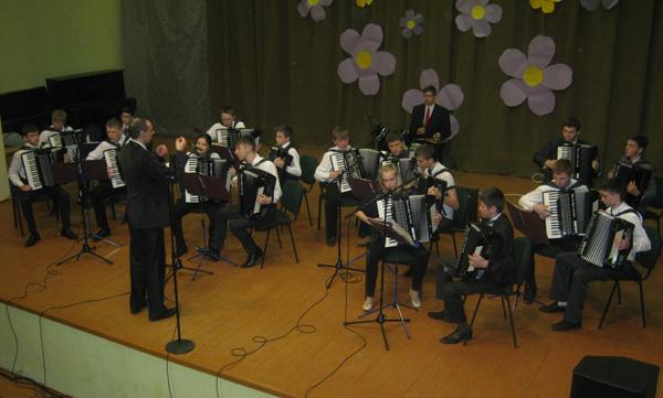 Orkiestra liczy 18 akordeonistów i perkusistę