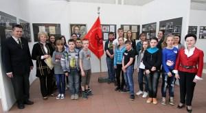 Młodzież oglądała wystawę, dyskutując i słuchając poezji pani Apolonii i muzyki saksofonowej Fot. Wilnoteka.pl