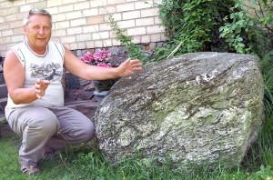 """""""Każdy kamień ma swą historię, swoje życie"""" — mówi pan Marian Sałabuda Fot. Marian Paluszkiewicz"""