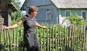 Anna Kadziewicz z Białozorowszczyzny opowiada, że mieszkańcy okolicznych wsi sprzeciwili się poczynaniom na ich ziemi spółki rolniczej Fot. Marian Paluszkiewicz