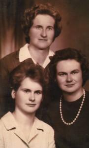 Trzy polonistki w jednej rodzinie — nasza bohaterka (pierwsza z prawej), mama i siostra Fot. z albumu rodzinnego