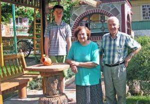Gospodarze zagrody Franciszek i Krystyna Markunasowie oraz wnuk Edwardas Fot. Alina Sobolewska