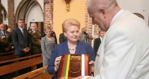 Prezydent Litwy otrzymuje z rąk konsula Tadeusza Macioła album pamiątkowy poświęcony litewskim bohaterom Fot. Krzysztof Subocz