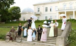 """Taka teatralna """"rodzina Tyszkiewiczów"""" przed pałacem w Połądze  Fot. archiwum"""