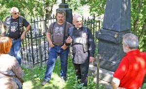 Ks. Jaworski zachęca nowe osoby do udziału w akcji charytatywnej Fot. Marian Paluszkiewicz