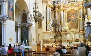 Centralny ołtarz i wnętrze kościoła Fot Marian Paluszkiewicz