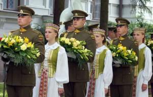 Na miejscu, gdzie zginął Artūras Sakalauskas, przy pamiątkowym kamieniu zostały złożone wieńce i kwiaty<br>Fot. Marian Paluszkiewicz