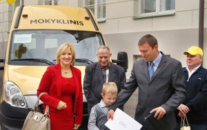 Wiceminister oświaty i nauki Edita Tamošiūnaitė (od lewej) także uczestniczyła w uroczystym przekazaniu autobusów szkolnych Fot. Marian Paluszkiewicz