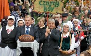 Święto w Pikieliszkach tradycyjnie rozpoczął korowód dożynkowy, w którym zaprezentowały się 23 starostwa rejonu wileńskiego Fot. Marian Paluszkiewicz
