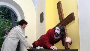 Wierni uważają Krzyż i Figurę za cudowną   Fot.  Marian Paluszkiewicz