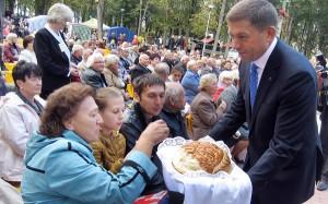 Mer Zdzisław Palewicz dzieli się poświęconym chlebem z mieszkańcami Solecznik Fot. Anna Pieszko