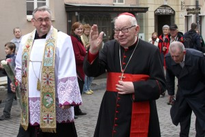 Kardynała spotyka prałat Jan Kasiukiewicz oraz zebrani wierni Fot. Marian Paluszkiewicz