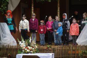 Animator Pepi Pańczoszanka każdego chętnego zabawiała wesołymi zabawami i buzie dzieci ozdobiała w lśniącymi kolorowymi ornamentami