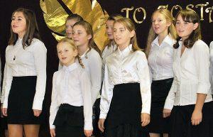 Miłą częścią programu były występy uczniów Szkoły Podstawowej im. Czesława Miłosza Fot. Marian Paluszkiewicz