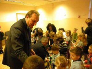 Goście wręczyli dla małych wychowanków akcesoria odblaskowe, dzięki którym dziecko jest dobrze widoczne po zmroku