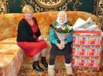 Mer Samorządu Rejonu Wileńskiego Maria Rekść uroczyście złożyła życzenia jubilatce