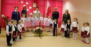 """Grupa """"Krasnoludków"""" przygotowała specjalną część artystyczną, podczas której dzieci śpiewały piosenki patriotyczne, tańczyły oraz przypominały poprzez recytację wierszy jak Polska odzyskała niepodległość"""