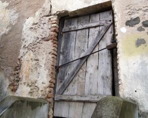 Boczne drzwi kaplicy są w opłakanym stanie Fot. Fot. Marian Paluszkiewicz