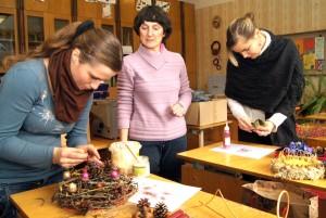Pełne dobrego nastroju zajęcia praktyczne poświęcone przygotowaniu ozdób na zbliżające się Święta Bożego Narodzenia             Fot. Marian Paluszkiewicz
