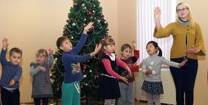W świątecznej atmosferze dzieci ćwiczą wykonanie kolęd  Fot. Marian Paluszkiewicz