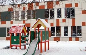 W podwórku nowoczesnego przedszkola — kolorowy placyk zabaw  Fot. Marian Paluszkiewicz