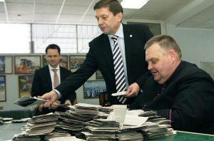 Wiceministra, mera i księdza wczoraj pochłonęło liczenie głosów Fot. Marian Paluszkiewicz