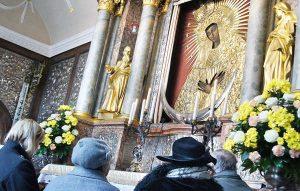 Ścianę Kaplicy Ostrobramskiej zdobi ponad 14 tys. wotów dziękczynnych ze złota i srebra<br/>Fot. Marian Paluszkiewicz