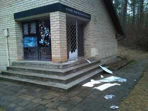 Wandale zniszczyli informacyjne tablice na budynku Muzem<br/>Fot. Rajmund Klonowski