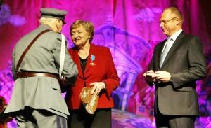 Józef Zysk wręczył medal Krystynie Adamowicz (po prawej) Jacek Protas marszałek Województwa Warmińsko-Mazurskiego Fot. archiwum