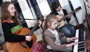 Trio muzyczne: Kasia, Kinga i Adam Fot. Marian Paluszkiewicz