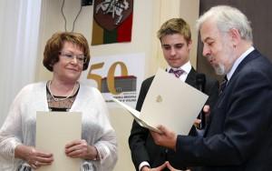 Dyplom na ręce dyrektor Teresy Michajłowicz od Radcy-Ministra Stanisława Cygnarowskiego Fot. Marian Paluszkiewicz