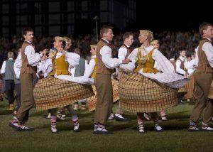 Podczas święta demonstruje się istotę tego narodu – uczestnicy nakładają stroje ludowe, łączy ich pieśń i taniec, duma ze swojego państwa                                                                                      Fot. archiwum