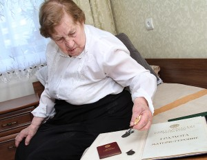 """Janina Staszewska posiada już order macierzyństwa, order """"Macierzyńska Sława"""", złoty medal """"Mat' Gieroinia"""" a w tym roku otrzymała order od prezydent Fot. Marian Paluszkiewicz"""