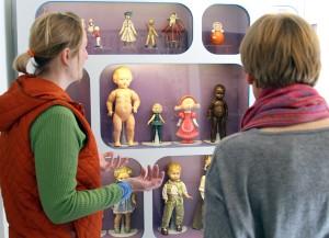 Niektóre lalki można podziwiać tylko w gablotach Fot. Marian Paluszkiewicz