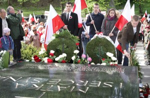 Hołd Marszałkowi złożyli starzy i młodzi, dostojnicy i szeregowi – wszyscy komu jest droga pamięć o Nim, o wszystkich kto poległ w walce... Fot. Marian Paluszkiewicz