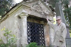 Wilnianka Jadwiga Pietkiewicz poinformowała redakcję o tym, że na cmentarzu Saulė na wileńskim Antokolu nikt nie dba o groby osób sławnych i zasłużonych Fot. Marian Paluszkiewicz
