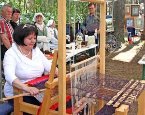 Wiele osób zgromadziło się przy stoisku Łucji Żdanowicz z Muzeum Etnograficznego Wileńszczyzny, która zapoznała ze sztuką tkactwa Fot. Marian Paluszkiewicz