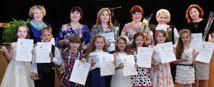 Dyplomy i jubileuszowe statuetki dla najmłodszych uczestników Festiwalu oraz ich nauczycieli  Fot. Marian Paluszkiewicz