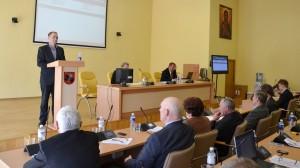 Kierownik Wydziału gospodarki terenowej Mirosław Romanowski przedstawił zestawy sprawozdań finansowych spółek komunalnych rej. wileńskiego za 2013 rok
