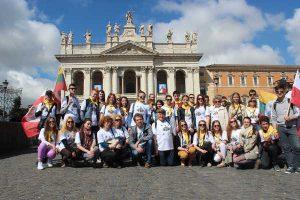 Grupa młodzieży z Wileńszczyzny przy Bazylice św. Jana na Lateranie