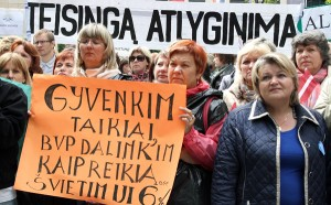 Najbardziej uczestników wiecu oburzają wynagrodzenia Fot. Marian Paluszkiewicz