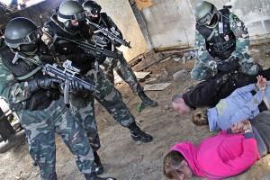 """Oprócz zatrzymania nielegalnych emigrantów plan ćwiczeń """"Zapora 2014"""" przewidywał też zatrzymanie przemytników papierosów oraz zneutralizowanie ich uzbrojonej bandy Fot. Marian Paluszkiewicz"""