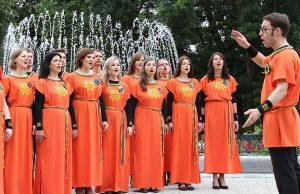 """Fontanna w Ogrodzie Bernardyńskim """"śpiewała"""" razem z chórem</br>Fot. Marian Paluszkiewicz"""