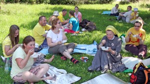 Posiłek na trawie smakuje inaczej Fot. Marian Paluszkiewicz