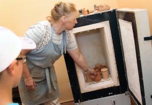 Każdy prawie gotowy wyrób ma być wstawiony do pieca, do wypalania Fot. Marian Paluszkiewicz